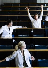 STDK. Student rasing his arms in lecture hall