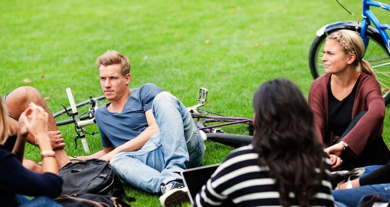 Studerende i græs m cykler
